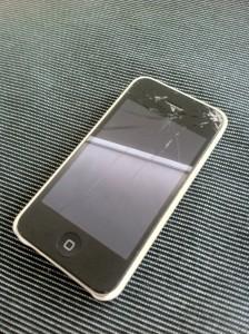 破損したiPhone